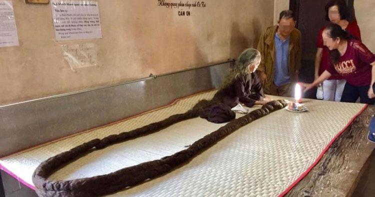 83歲老婦人「64年沒剪髮」變6公尺蟒蛇:一剪頭就痛爆!