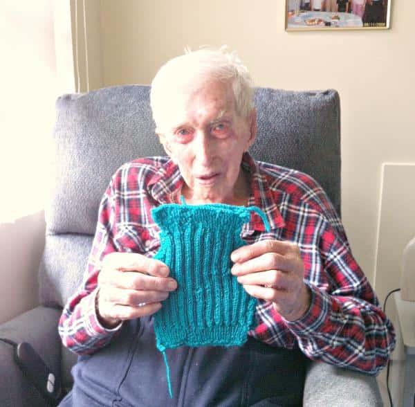 天氣太冷!109歲爺爺用「最後人生」付出 織「小小毛衣」拯救落難企鵝