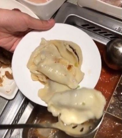 網紅吃海底撈教「用醬料包餃子」被罵:外面都在排隊等你?