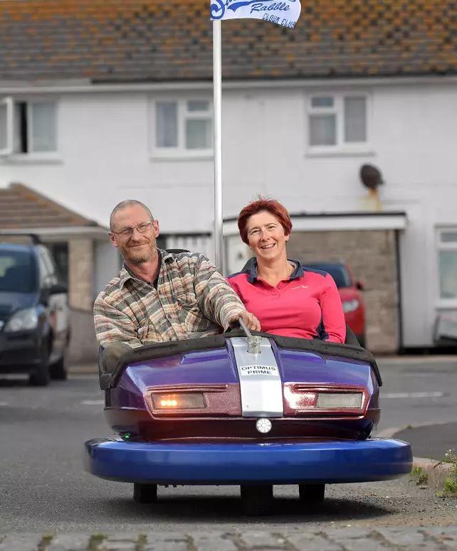 老夫婦改造「二手碰碰車→跑跑卡丁車」 出門「靠它狂飆」路人超羨慕!