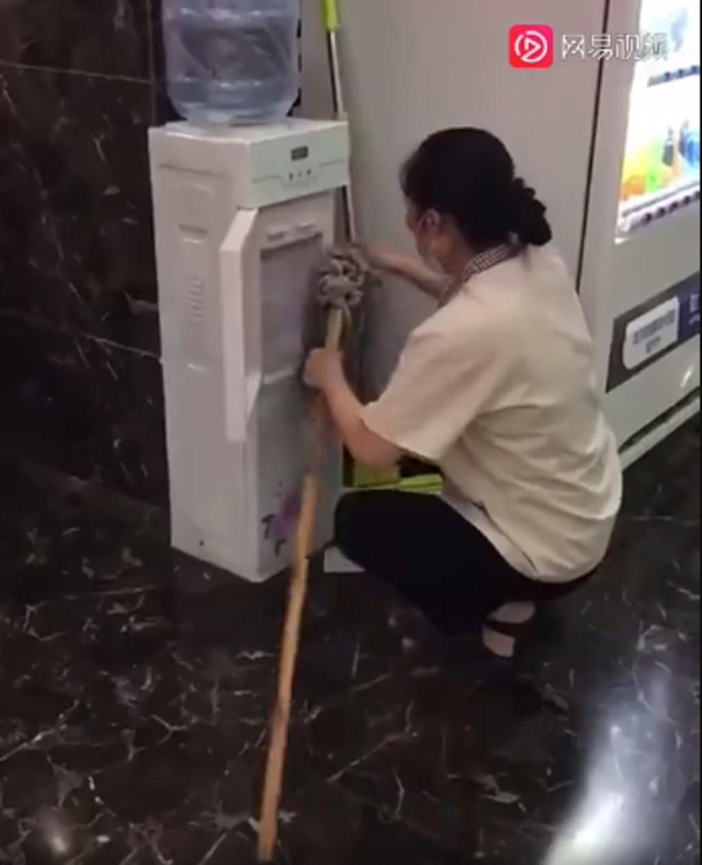 大媽「用拖把狂擦飲水機」嚇壞網友...連出水口也大力抹!
