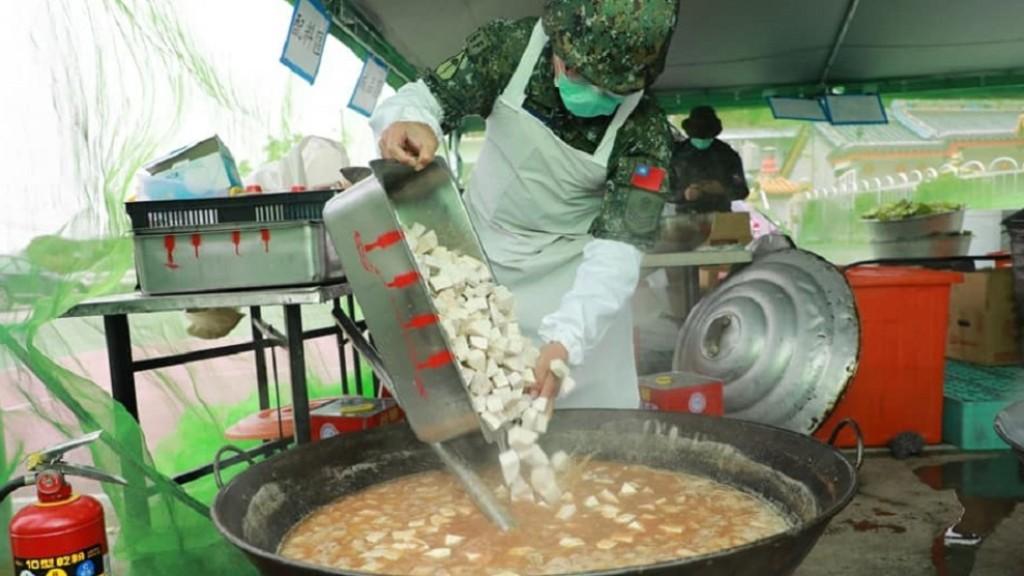 他分享當兵吃「玉米濃湯滷雞腿」 釣出苦主狂抱怨:國軍黑暗料理超噁