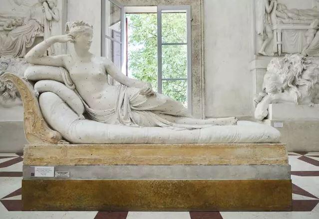 影/遊客躺壞「200年雕像」想黏回去「失敗就逃」館長:原諒你!