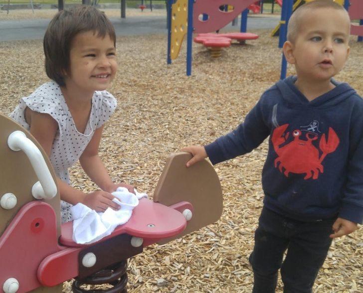 24張孩子是「最善良存在」的證據 擁抱生病的車子太可愛❤