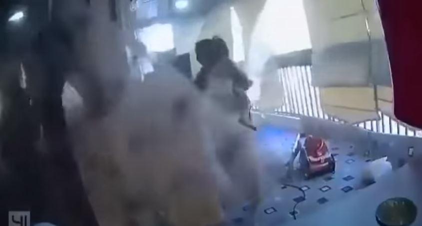黎巴嫩大爆炸...英勇幫傭神反應「贏過衝擊波」緊抱孩子避難