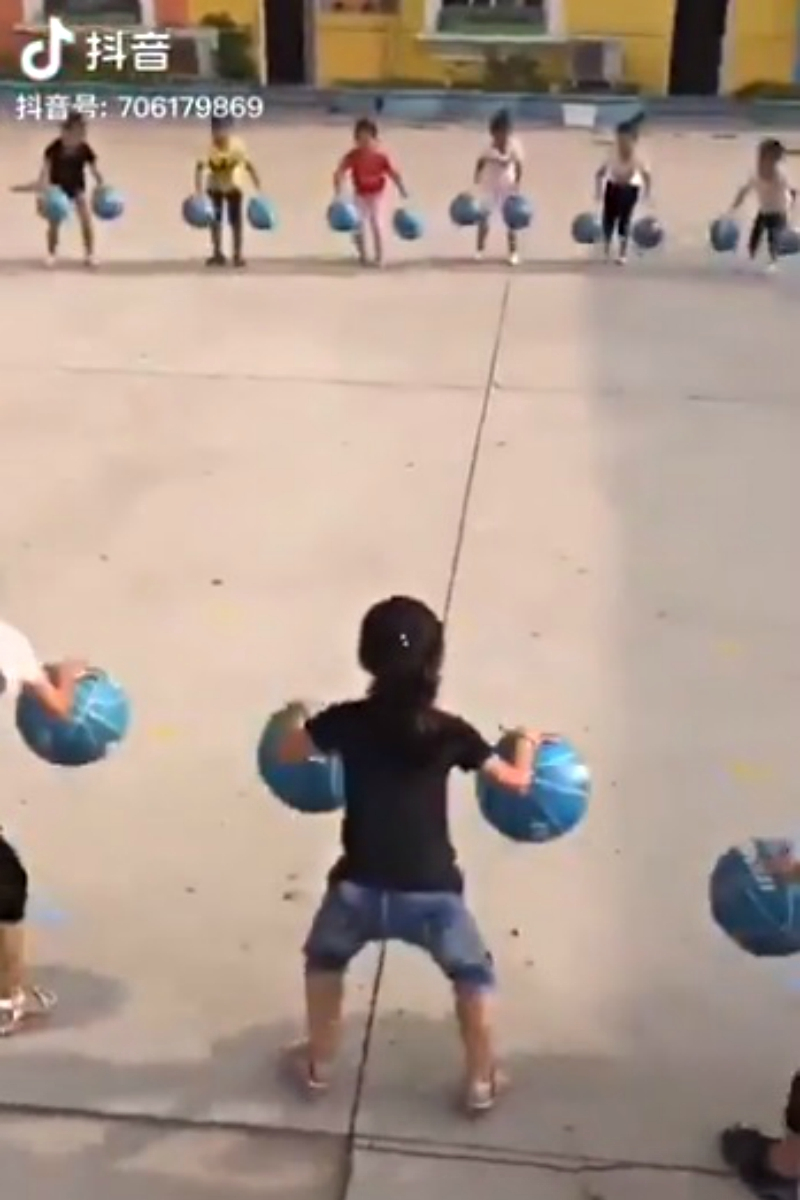 影/中國幼兒園「同步運球」太驚人 網兩派吵:這就是政府要的!