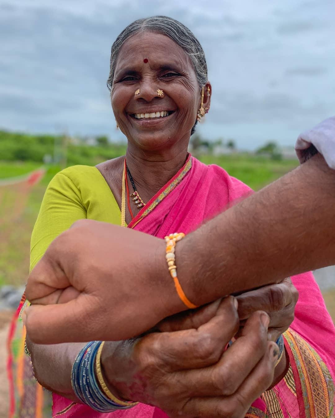 印度「農婦奶奶」變超人氣網紅 賺到「蓋圖書館」回饋小村莊!