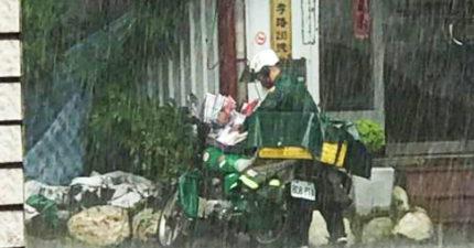 暴雨狂降「郵差肉身護信」逼哭網友:信濕了會被投訴