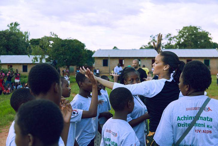 蕾哈娜「超級慈善家」秘密曝光...高中就創基金會幫助孩子