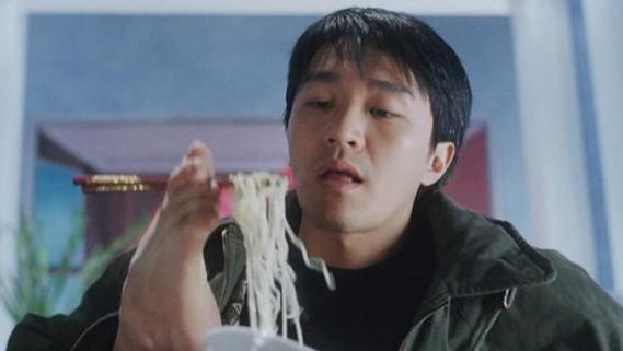 吃泡麵「買到洋蔥」無限撕膜輪迴崩潰:到底幾時才能吃...