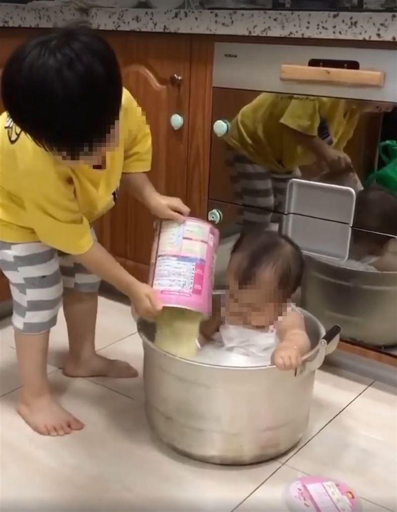 暖哥準備「牛奶浴」疼小妹 直接整罐倒見底...網:媽媽會瘋掉