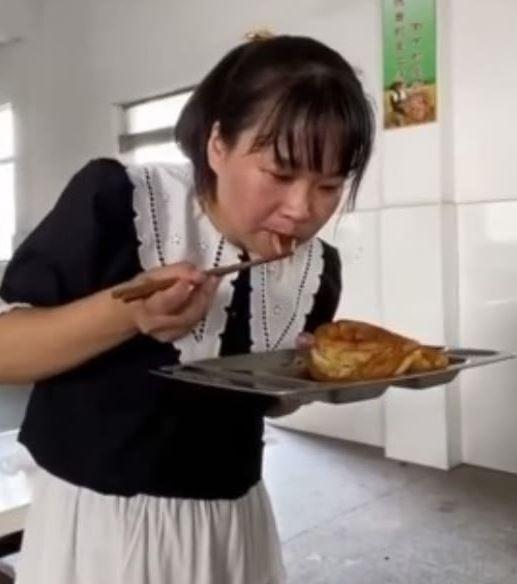 影/副校長提倡「愛惜食物」當場「吃學生剩飯」旁人全傻眼