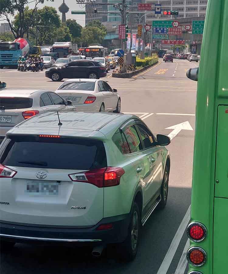 等紅燈驚見「白車怕曬黑」太傻眼 網不爽:超多人都這樣!