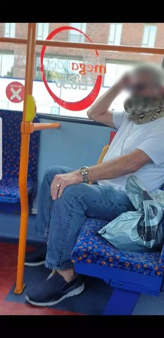 狂男戴「蟒蛇口罩」上公車 乘客嚇瘋:還會幫忙抓扶手...