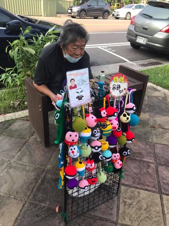 阿嬤擺攤「賣手工杯套」 「實惠價格」讓網心酸:用台幣讓她回家
