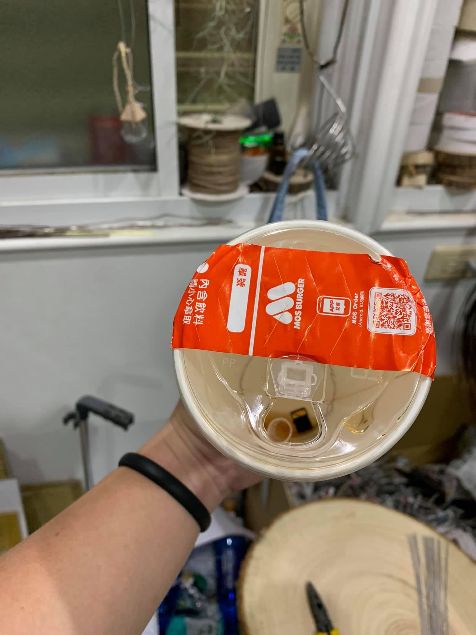 喝飲料驚見「杯底藏記憶卡」 網笑:店員的「求救信號」?