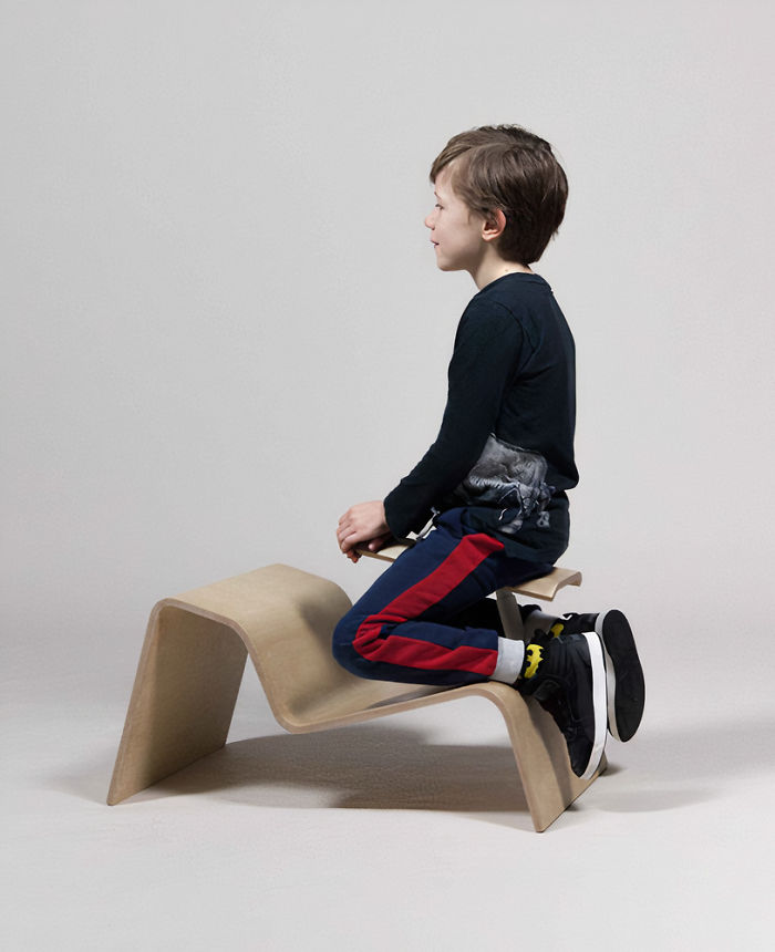 設計師發明「矯正姿勢椅」學生單膝下跪上課 還有溜滑梯款