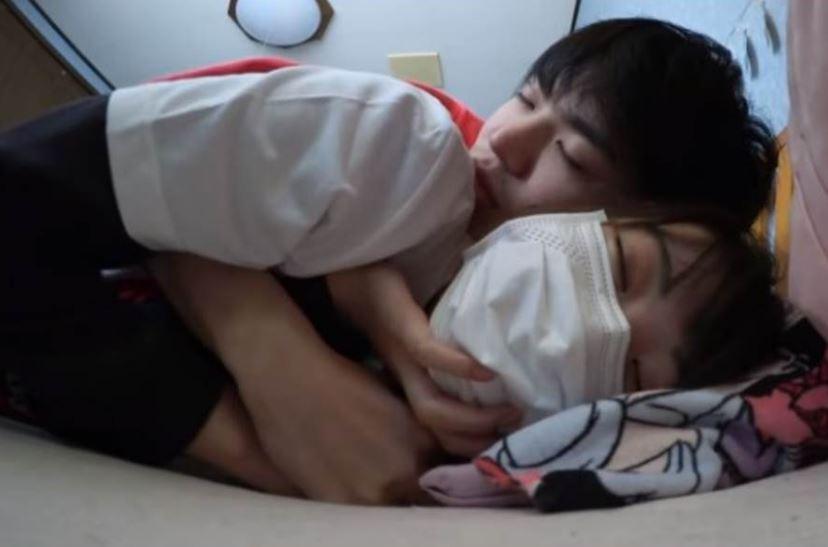 影/網紅挑戰「跟親妹接吻」畫面衝擊 「一起滾床」網看傻眼
