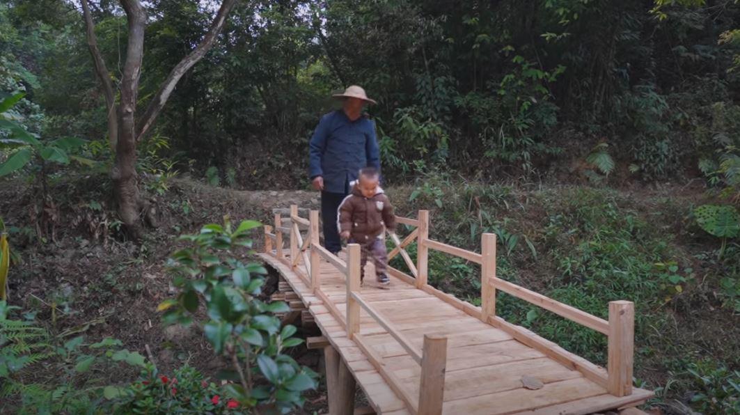 影/神人爺爺為孫打造「木拱橋」 竟全程不用「釘子、膠水」!