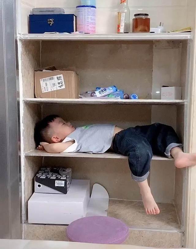 姐姐開學「弟弟好孤單」 媽媽拍下「厭世照」網噴笑:走到哪躺倒哪
