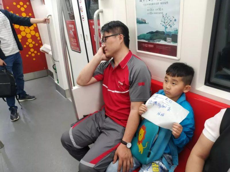 累到睡著...小暖男「舉紙條護駕」 爸爸潛意識動作太感人