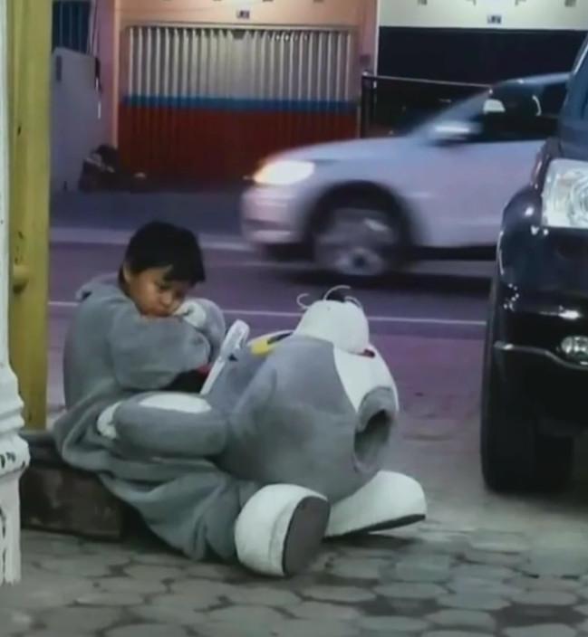 路旁街頭藝人「穿布偶裝跳舞」超賣力 頭套一拔...現場全鼻酸