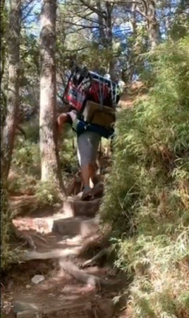 布農勇士「揹100公斤」發電機上嘉明湖 網跪:山岳守護神