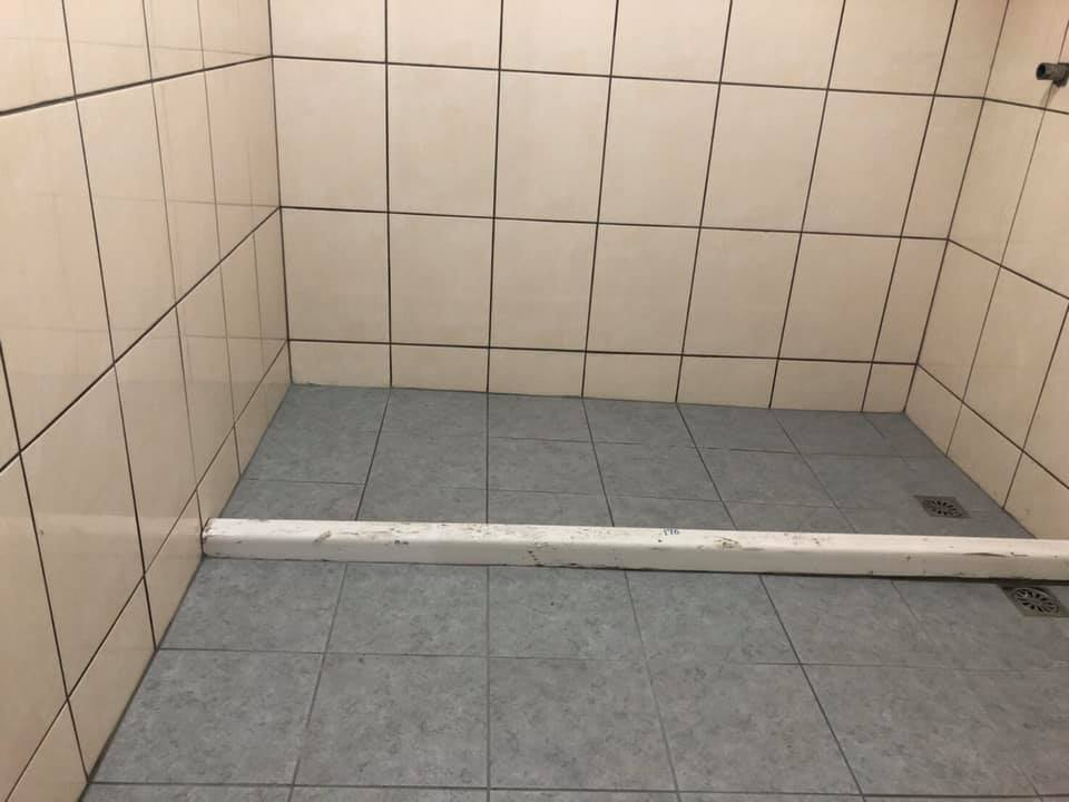 師傅做浴室「地板超斜」他傻眼求重作 真相曝光大家搶著要