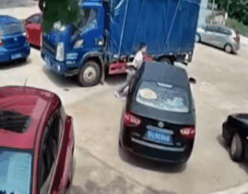 車子被前後卡住!大力男「徒手推車」讓網驚:用力量彌補技術
