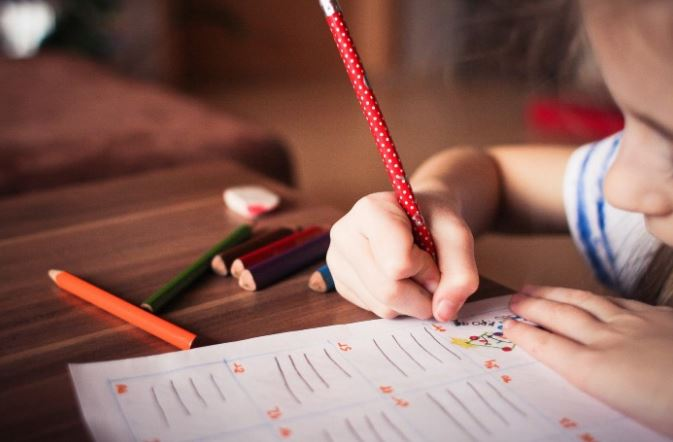 女兒「數學神解答」讓老爸傻眼 網看「題目指示」力挺:沒錯啊!
