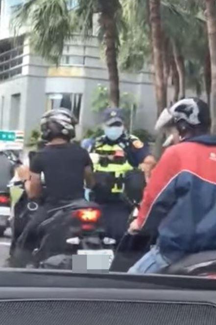 影/騎士等紅燈「忘我滑手機」 員警「後方陪看5秒」結局爆笑