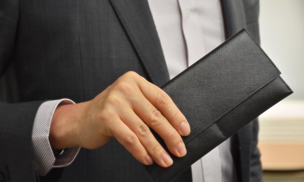 「拿長夾結帳」被路人恥笑 他不解發問:男生不能用?