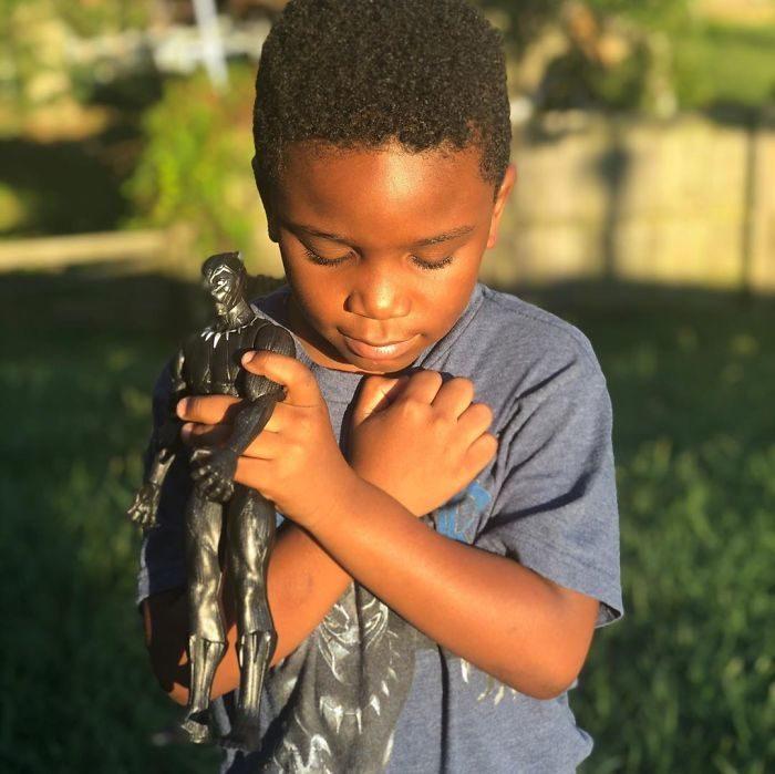 黑豹殞落...全球孩子比出「致敬國王手勢」心碎哀悼英雄