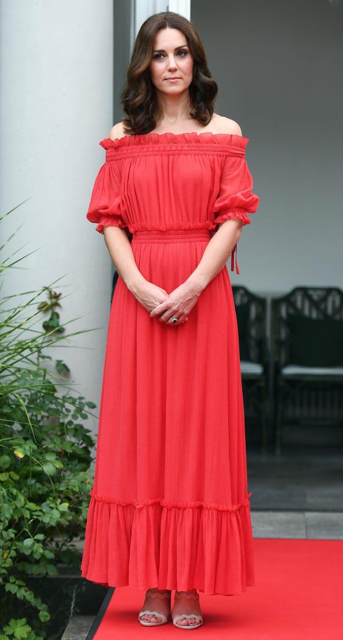 19個「挑戰女王尺度」的王妃大膽造型 凱特默默「縫上袖子」才敢穿