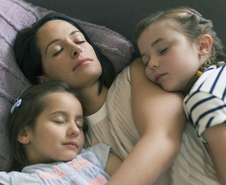 為什麼「睡覺想抱抱」的5個原因 另一半會打呼更要這樣做!