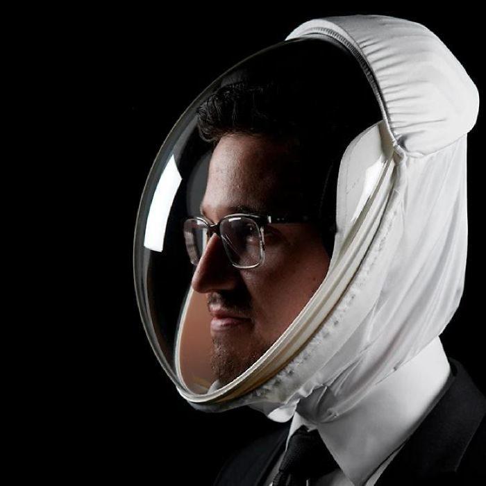 不想戴口罩?超前衛「防疫頭盔」完成太空夢 跟耳機還能完美配合!