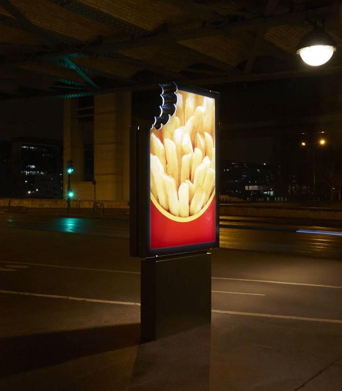 廣告牌被咬了一口?近看竟「沒有品牌字樣」:但你就是知道是哪一家