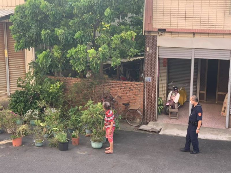 馬路自家開的?阿嬤「搬20多個花盆」擺好擺滿 網傻眼:乾脆當安全島