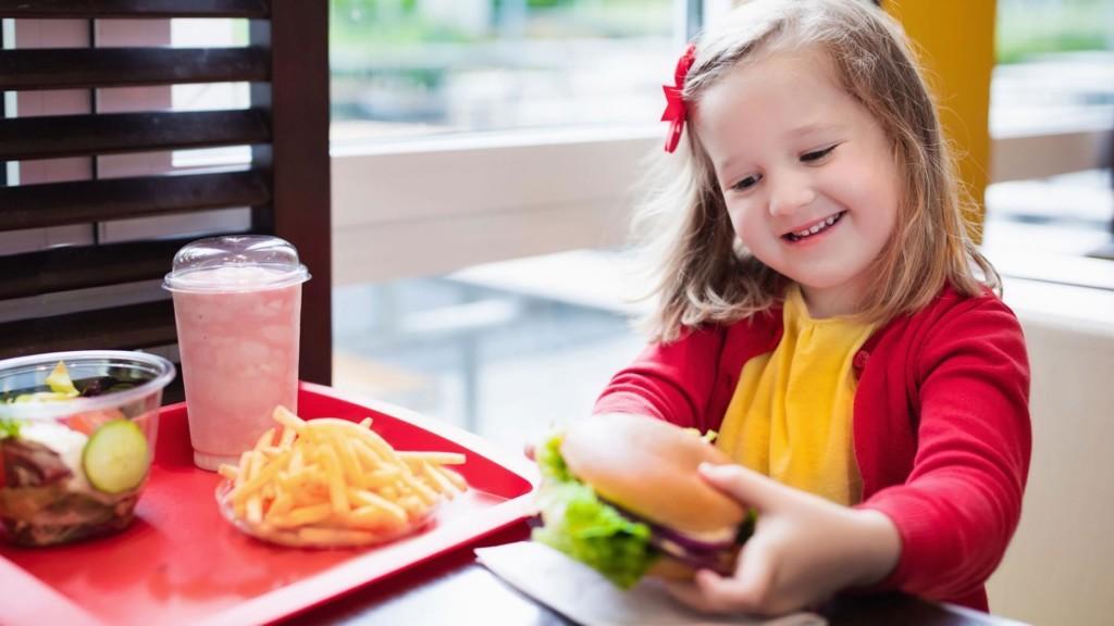 讓6個月大「嬰兒吃麥當勞」被罵爆 人母反嗆:我女兒超健康