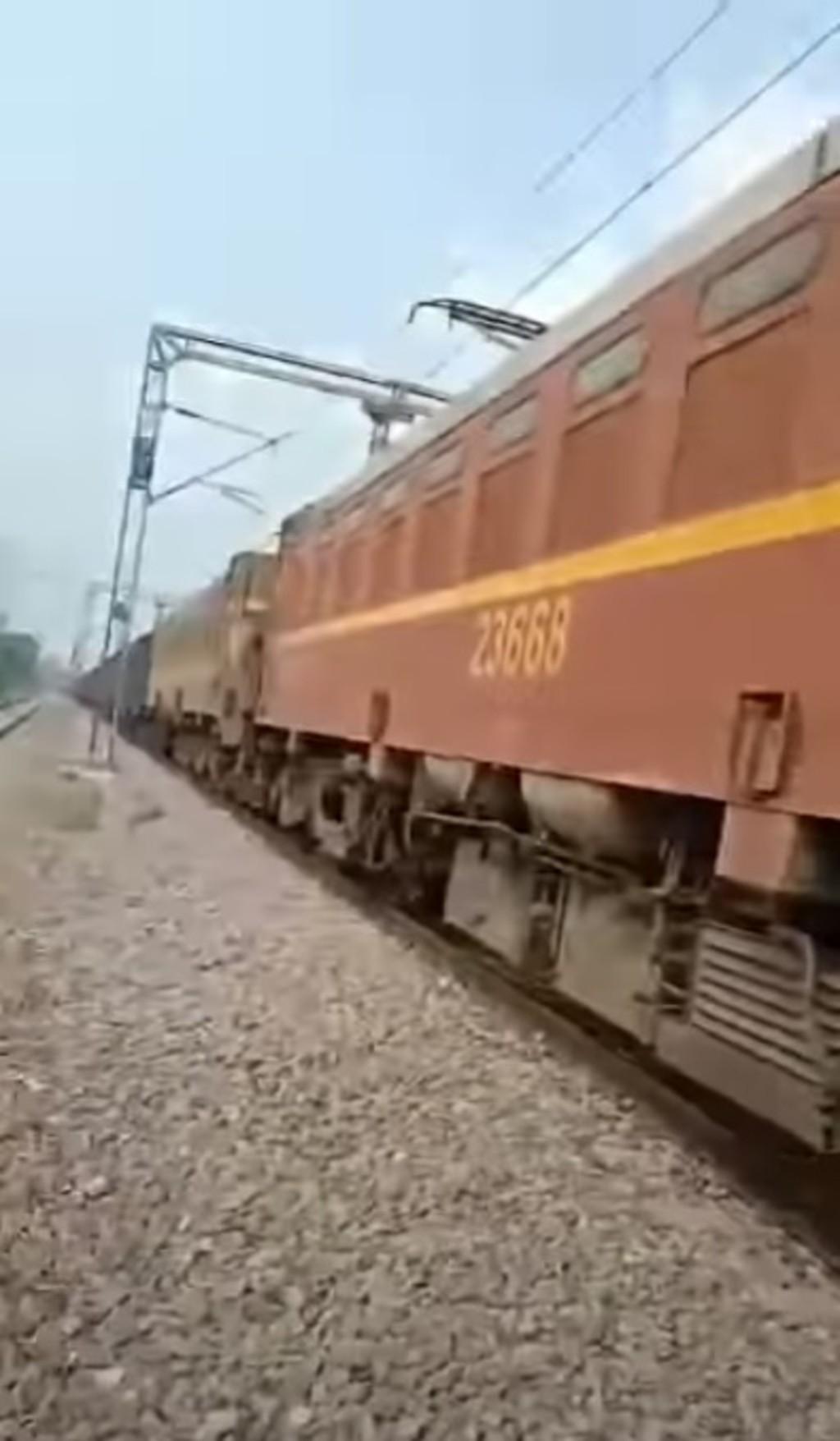 鐵軌玩耍...2歲男童「被火車輾壓」!司機下車卻發現奇蹟