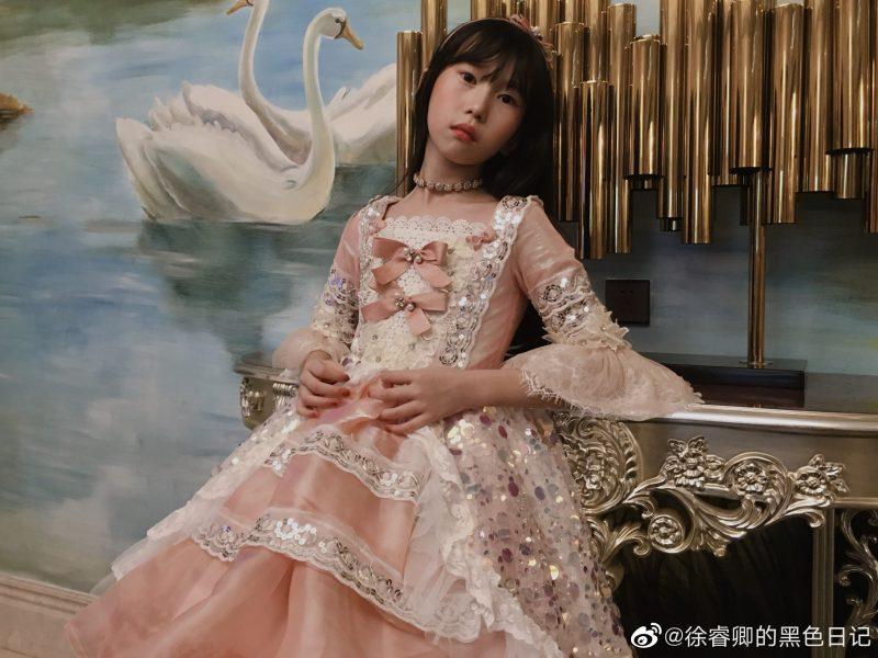超狂天菜爸為女兒「手作100件公主裙」 連妝容都親自包辦
