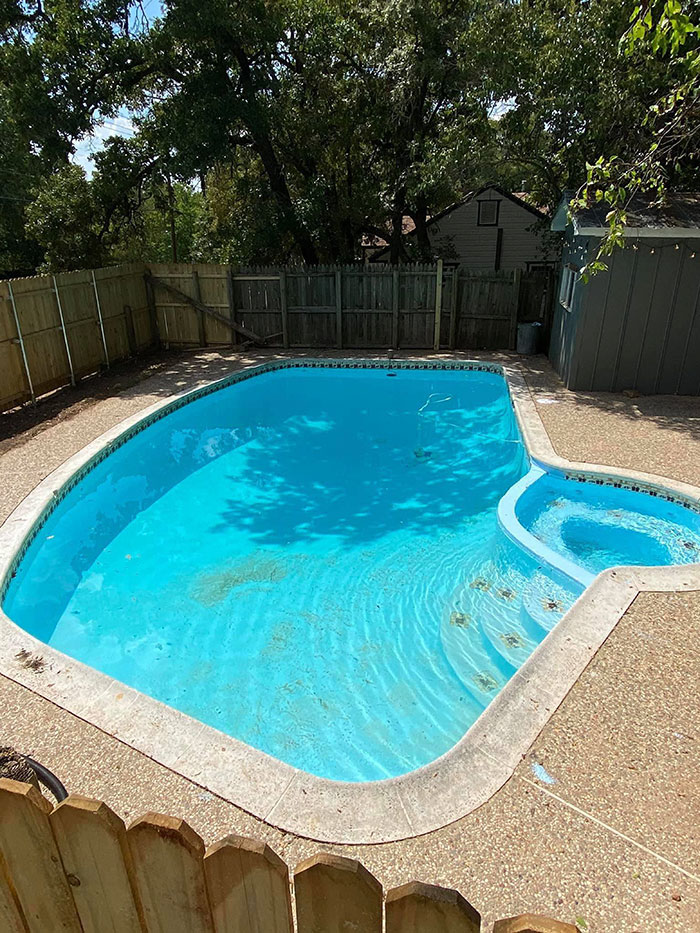 比挖到黃金還狂!花58萬買老屋後院藏「450萬游泳池」