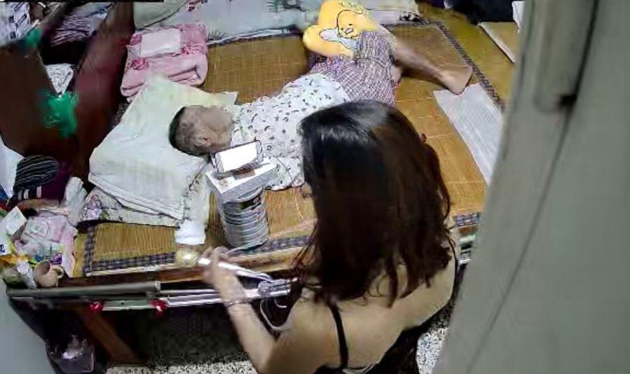 外籍看護躲衣櫃「偷喝營養品」 在阿嬤床邊「開直播」當演唱會