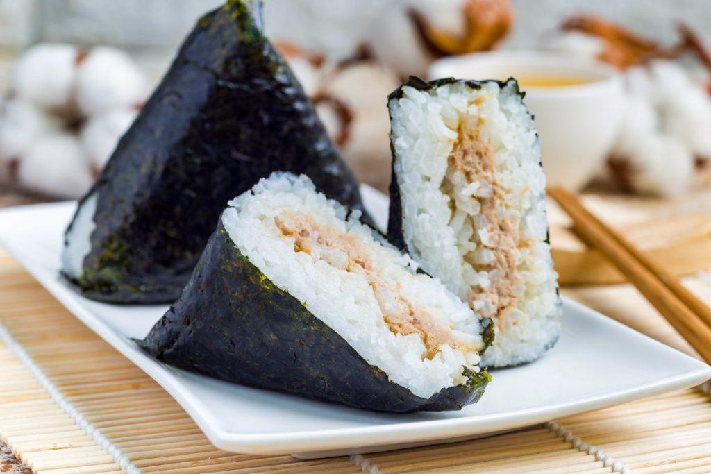 日本人「吃御飯糰」規矩超多 連「在嘴裡」也要保持水平