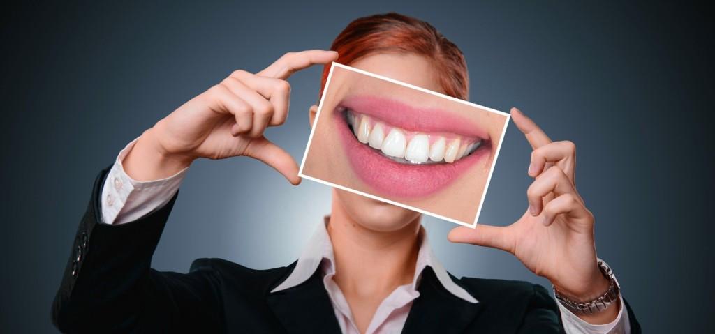 不一定要漂白!6個讓牙齒變白的「視覺小技巧」 「唇線筆」效果超持久