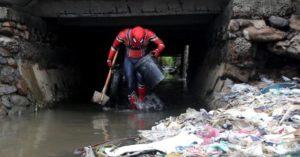 他扮「蜘蛛人」執行清潔任務 爆紅上節目「只說1句話」