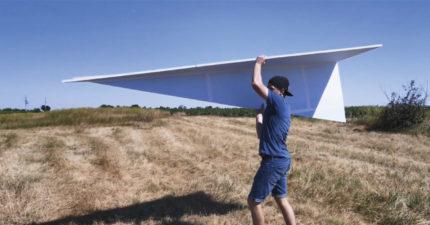 影/紙飛機可以飛多遠?他挑戰打造「3公尺紙飛機」飛下畫面太過癮!