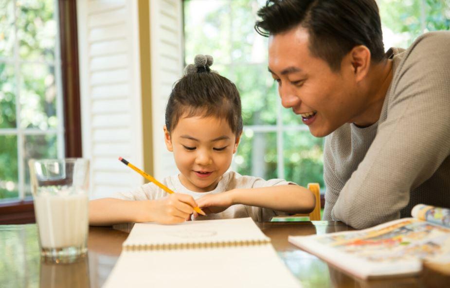 氣到吐白沫!教兒子做作業教不會 爸爸「雙眼上翻」昏倒送醫