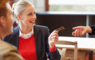 約會「讓男生付錢」就是拜金?女生「讓你買單」其實在幫你