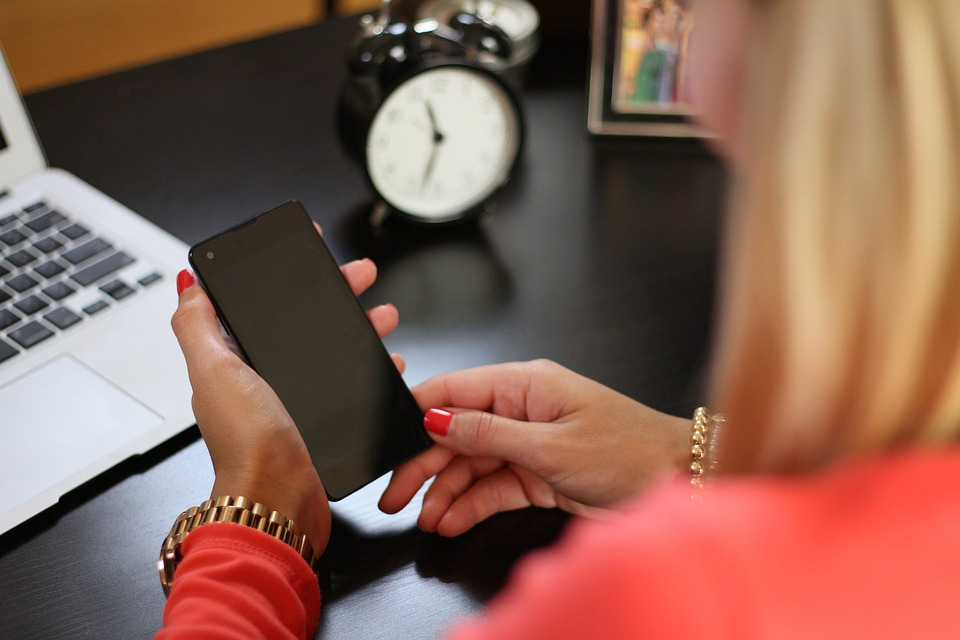 公司規定「不准用手機」 抓到「直接炒」網友戰翻:很合理啊!